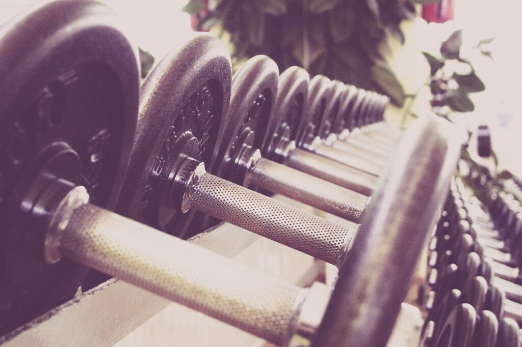 Håndvægte på et rack i fitness center