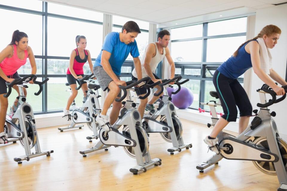et helt hold til spinning træning på spinningcykler