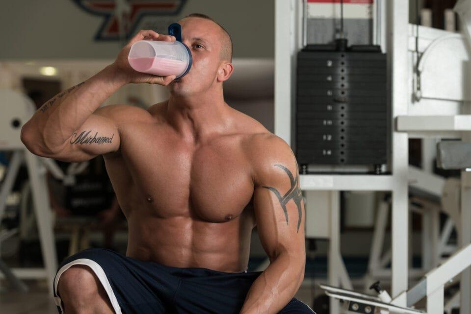 muskuløs mand med en proteinshake proteinpulver og weight gainer shake