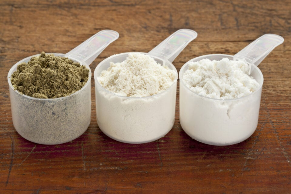 proteinpulver 3 skeer med forskellige typer protein pulver smag